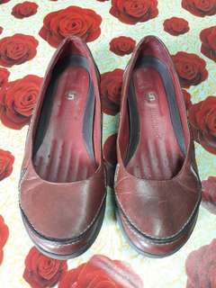 5db820591eb Womens Clarks Structured shoes · Womens Clarks Structured shoes. RM50. Women  clarks Structured shoes Maroon coloured Size 4 UK can fit to ...