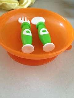 piring simba dengan karet menempel di meja