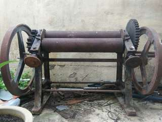 Hand operated rubber roller machine
