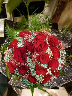 21 Roses with mixed baby's breath