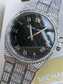 MichaelKors-MK6089全新款式,錶盤採用金星星空羅馬文字暗寶藍色,錶帶鑲滿鑽石,正所謂鑽石恆久遠,一顆永流傳,遍布整個表身閃閃發光,精巧雅緻,如同渾然天成手錶錶盤尺寸:!38毫米厚10毫米男女都可以帶哦,滿滿閃耀鑽,