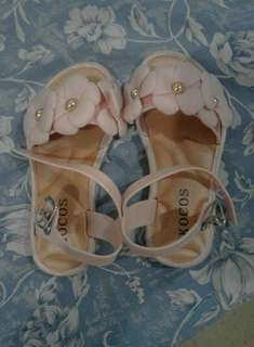 Baby girl sandals with flower design