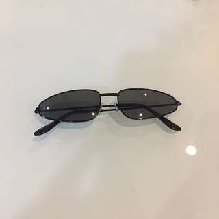 Black lens retro sunnies