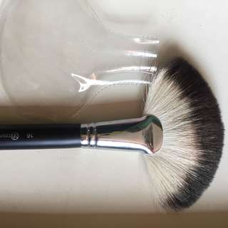 BH COSMETICS FAN BRUSH