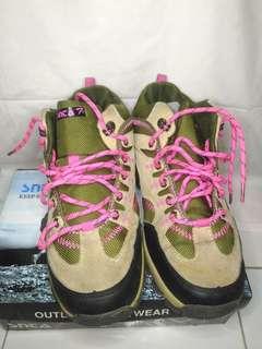 Sepatu tracking SNTA