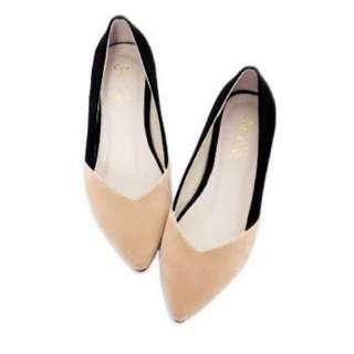 🚚 大尺碼 二手 女鞋 43碼 Ann'S 優雅雙色拼接V型小坡跟尖頭鞋-杏黑