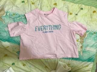 🚚 粉色上衣 小露肩