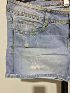 Denim shorts (lightwash) with ripped details