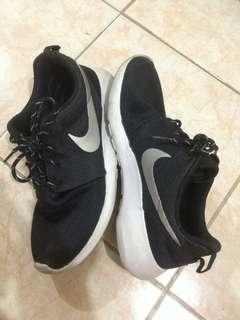 Nike Black Roshe Runs