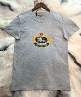 Burberry 典藏徽標繡飾棉質 T 恤,2018最新款,黑灰白三個色,XS-XXL 碼,XS 女生也可以穿喔,只此一批、先到先得、售完為止