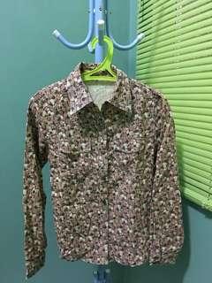 Kemeja bunga bunga bahan bludru campur jeans..kondisi bagus banget, baru dipakai 1 kali saja