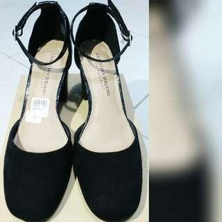 Christian siriano heels, simple banget membuat penampilan kamu makin menawan dan elegan sist, grab it fast!!