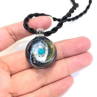 🌍特別版 寶石人造蛋白石歐泊 黑綠色白星雲團 銀河星空球吊墜 宇宙玻璃項鏈 一球一世界