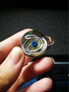 🌍特別版 寶石人造蛋白石歐泊 金綠色白星河 銀河星空球吊墜 宇宙玻璃項鏈 一球一世界