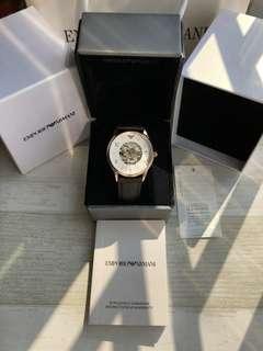 阿瑪尼(ARMANI)全自動鏤空機械男錶AR1920 / AR1923 / AR1924,錶盤直徑40mm,機械機芯,結構精密複雜,盡顯佩戴者的品位與時尚,簡潔的白色錶盤,簡約黑色條紋刻度,優雅又時尚,牛皮錶帶舒適透氣,更貼合您的手腕肌膚。