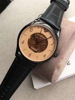 阿瑪尼(ARMANI)全自動鏤空機械男錶AR1920 / AR1923 / AR1924,錶盤直徑40mm,機械機芯,結構精密複雜,盡顯佩戴者的品位與時尚,簡潔的白色錶盤,簡約黑色條紋刻度,優雅又時尚,牛皮錶帶舒適透氣,更貼合您的手腕肌膚