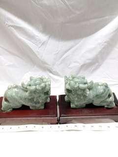 一對緬甸翡翠原石 六吋貔貅共重 2.5 kg 公斤連特製木座, 此貔貅擺設夠大體。 貔貅有開運辟邪功效之外還有鎮宅化太歲促姻緣等作用