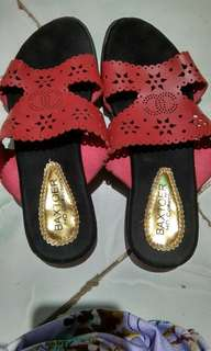 Sandal wrna lebih ke merah maron gelap.dipto lebih terng.