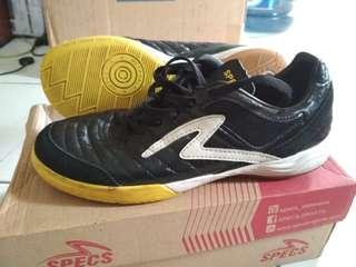 Sepatu futsal specs hitam putih kuning. Masih bagus no cacat