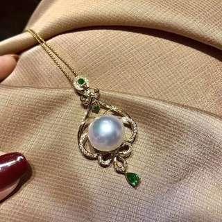 不計成本 資金回籠 13-14mm 極光澳白 鑲嵌後幾乎無暇 極細微生長紋 18K💎鑽石 配祖母綠 吊墜