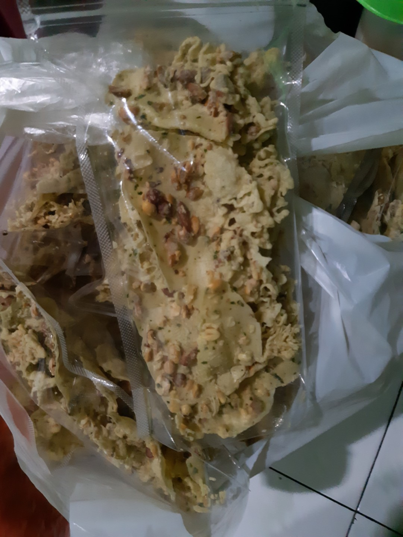 Peyek kacang tanah rebon kacang ijo