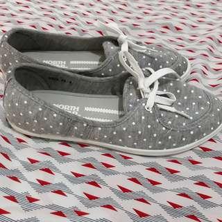 Sepatu keds abu