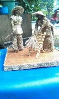 miniatur sedang geprak padi