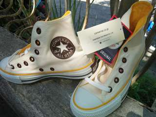 Yellow converse all star