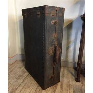 //ORI DECO工業風老件// 美國 古董行李箱 鉚釘密集 內部完整 含衣架 收納