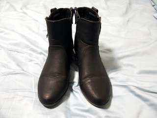 Black flat boots