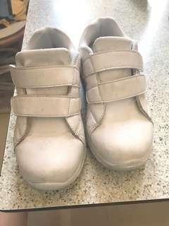 白色返學波鞋