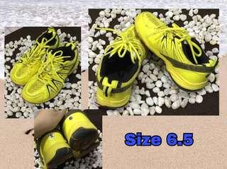 Badminton shoes authentic