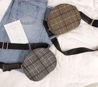 🚚 現貨灰黑 復古格紋寬背帶側背小包