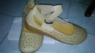 Sepatu wanita krem