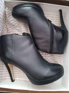 Novo Lorenzo black boots