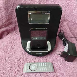 Usable potential collectible IPOD Classic 80G with Philips Radio alarm IPOD dock