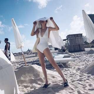 VM 歐美時髦度爆炸 !機理感 純色 網紗拼接 心機深V領性感連身泳裝泳衣 (可調肩帶) 2色