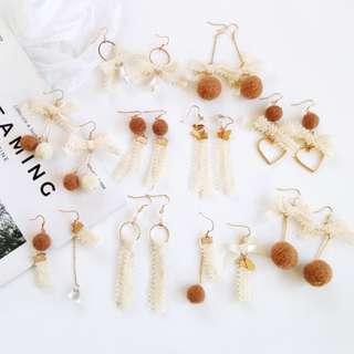 【現貨】氣質蕾絲蝴蝶結焦糖裸球形愛心毛球耳鉤耳夾式耳環