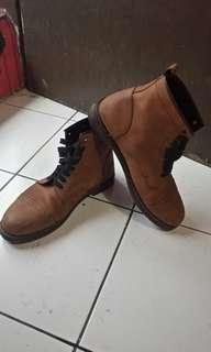 Sepatu boots kulit asli
