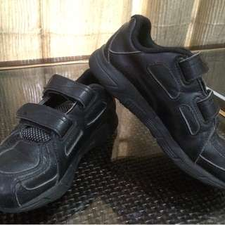 Puma Kids Black shoe - preloved
