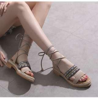 【H.BANDWAGON】波希米亞麻布鋸齒圖騰拚皮雙帶草編拼接一字中跟綁帶鞋 涼鞋 羅馬鞋