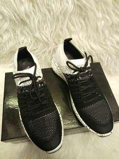 Sepatu sneakers casual, premium quality (import). Sebelum order konfirmasi stock dan sizenya dulu ya...