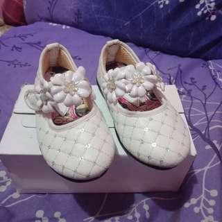 Sepatu anak putih