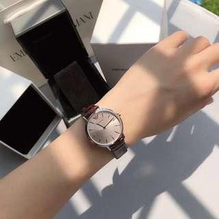ARMANI阿瑪尼手錶女士石英表簡約皮帶女錶防水女腕錶AR11063DW 走時精準無誤差。纖薄設計性感大方。百搭耐用。錶盤直徑32mm,防水30米, 錶殼不銹鋼材質,機芯進口石英,錶帶真皮