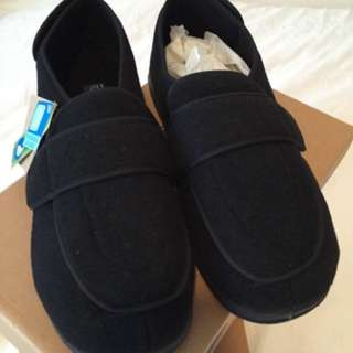 ((NEW)) - size 12 - Black Foamtreads SLIPPERS
