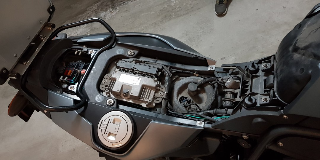 BMW F800GS fusebox installation