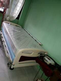 Hospital bed with airbed mattress for bed sore prevention