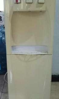 Dispenser dengan kulkas kecil dibawahnya