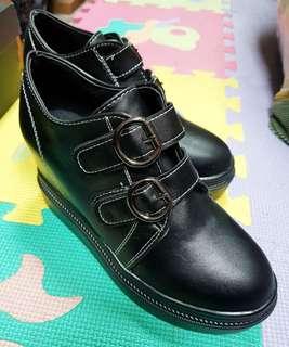 🚚 韓版黑色雙排扣內增高休閒鞋