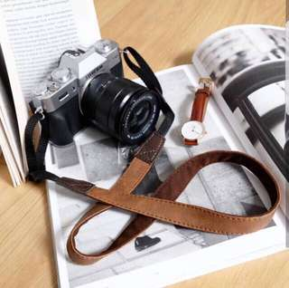 Small strap kamera brown